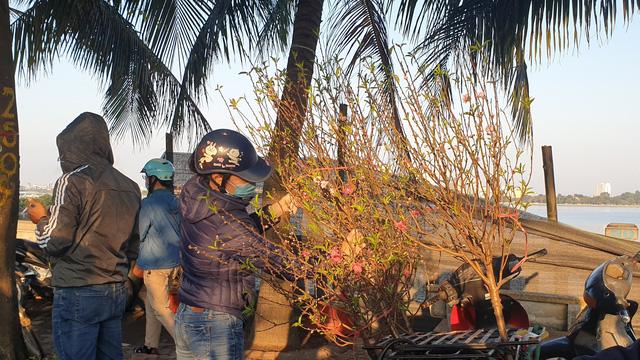 Người dân Hà Nội hối hả mang hoa về nhà trong ngày cuối của năm Âm lịch - Ảnh 10.