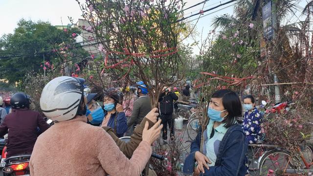Người dân Hà Nội hối hả mang hoa về nhà trong ngày cuối của năm Âm lịch - Ảnh 14.
