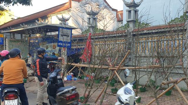 Người dân Hà Nội hối hả mang hoa về nhà trong ngày cuối của năm Âm lịch - Ảnh 16.