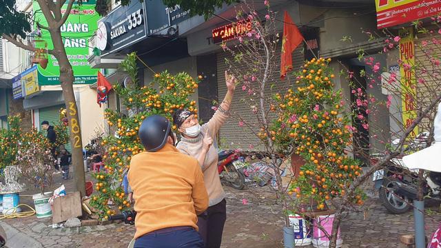 Người dân Hà Nội hối hả mang hoa về nhà trong ngày cuối của năm Âm lịch - Ảnh 20.