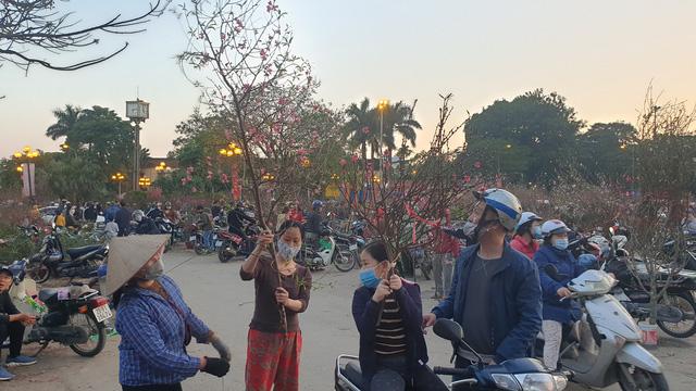 Người dân Hà Nội hối hả mang hoa về nhà trong ngày cuối của năm Âm lịch - Ảnh 22.