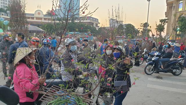 Người dân Hà Nội hối hả mang hoa về nhà trong ngày cuối của năm Âm lịch - Ảnh 23.
