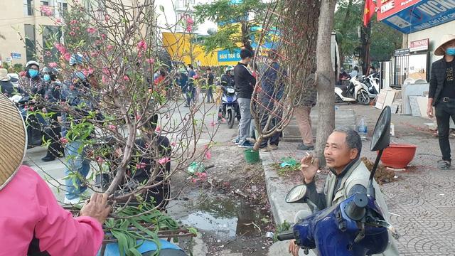 Người dân Hà Nội hối hả mang hoa về nhà trong ngày cuối của năm Âm lịch - Ảnh 24.