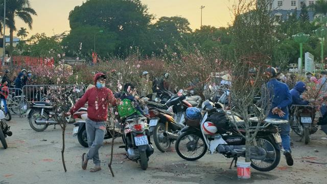 Người dân Hà Nội hối hả mang hoa về nhà trong ngày cuối của năm Âm lịch - Ảnh 25.