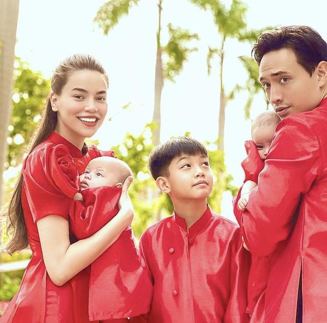 Hà Hồ khoe ảnh Tết siêu đáng yêu của gia đình, Hà Tăng truyền thống với áo dài hồng - Ảnh 1.