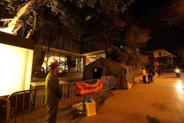 Hà Nội: Phong tỏa khách sạn ở Hồ Tây có người nước ngoài chết dương tính SARS-CoV2 - Ảnh 1.