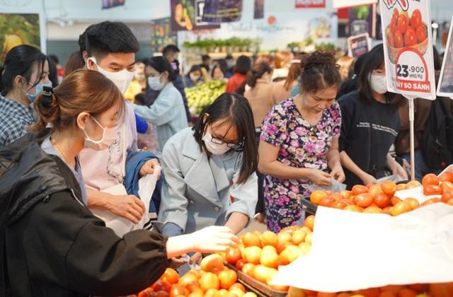 Thị trường Hà Nội ngày đầu năm mới: Hàng hóa dồi dào, giá tăng nhẹ - Ảnh 1.