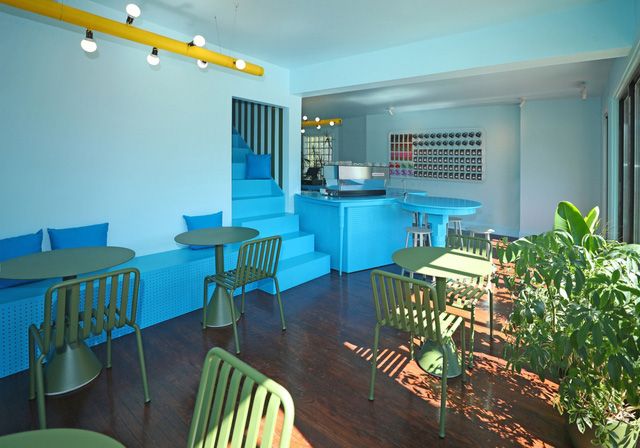 Độc đáo quán cà phê toàn màu xanh từ nguyên liệu rẻ tiền ở NewYork - Ảnh 1.