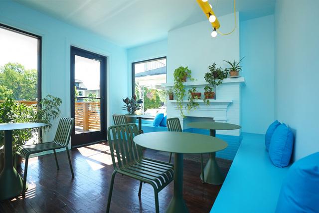 Độc đáo quán cà phê toàn màu xanh từ nguyên liệu rẻ tiền ở NewYork - Ảnh 2.