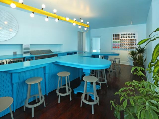 Độc đáo quán cà phê toàn màu xanh từ nguyên liệu rẻ tiền ở NewYork - Ảnh 3.