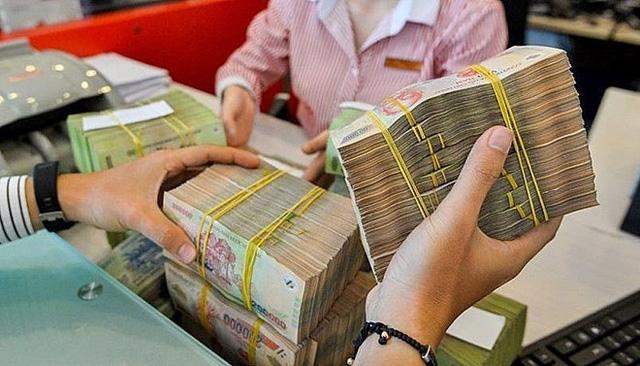 Lãi suất huy động giảm, lượng tiền gửi vẫn tăng - Ảnh 2.