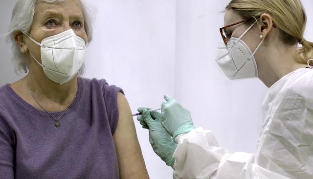 Hơn 111,1 triệu người nhiễm COVID-19 trên toàn cầu, Trung Quốc cấp phép cho 16 loại vaccine - Ảnh 1.