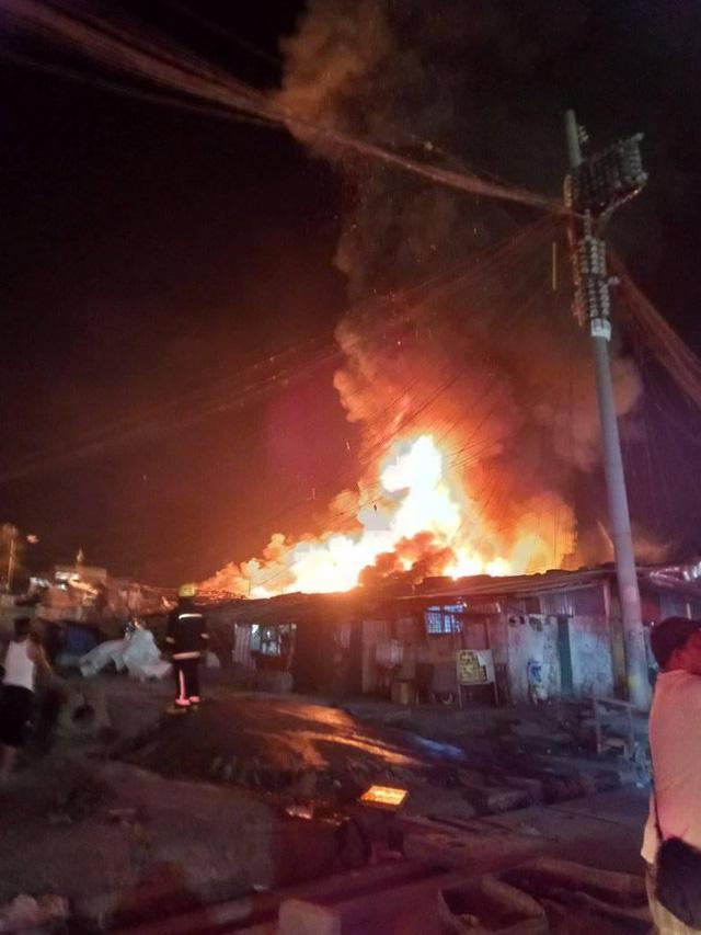 Hỏa hoạn tại thủ đô Philippines, 5 người trong một gia đình thiệt mạng, 300 căn nhà bị thiêu rụi - Ảnh 1.