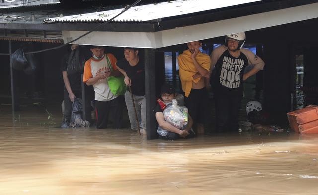 Lũ lụt nghiêm trọng ở thủ đô Jakarta của Indonesia, 5 người thiệt mạng - Ảnh 1.