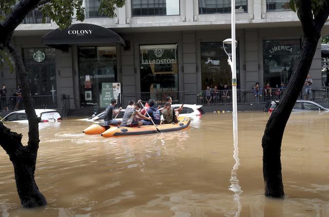 Lũ lụt nghiêm trọng ở thủ đô Jakarta của Indonesia, 5 người thiệt mạng - Ảnh 2.