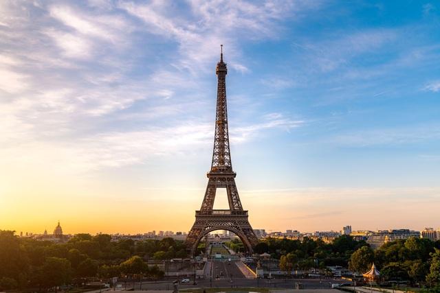 Tháp Eiffel sẽ thay áo toàn bộ với màu sơn mới - Ảnh 2.