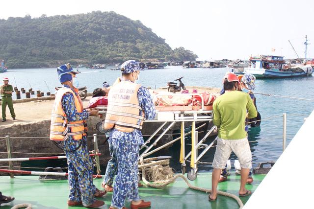 Cứu 2 ngư dân bị tai biến trên biển Tây Nam - Ảnh 2.