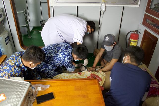 Cứu 2 ngư dân bị tai biến trên biển Tây Nam - Ảnh 1.