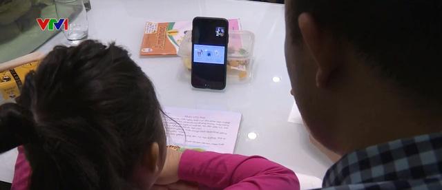 Dạy học trực tuyến cho khối lớp 1 khó cho cả học sinh, phụ huynh và giáo viên - Ảnh 1.