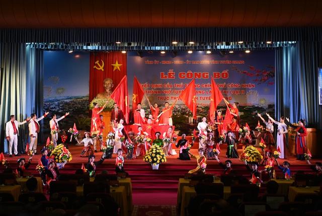 Thủ tướng trao Quyết định công nhận thành phố Tuyên Quang là đô thị loại II - Ảnh 1.