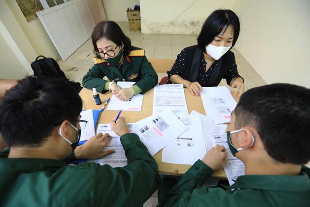 Quận Ba Đình, Hà Nội xét nghiệm COVID-19 cho tân binh nhập ngũ năm 2021 - Ảnh 7.