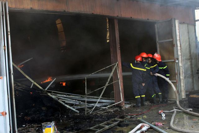 Thái Bình: Hỏa hoạn thiêu rụi một cơ sở sản xuất nệm sofa - Ảnh 3.
