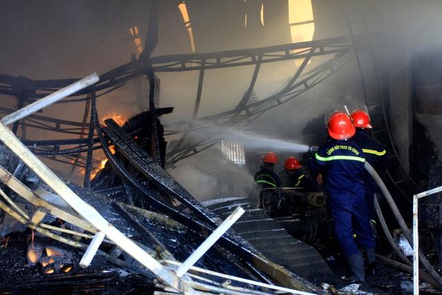 Thái Bình: Hỏa hoạn thiêu rụi một cơ sở sản xuất nệm sofa - Ảnh 2.
