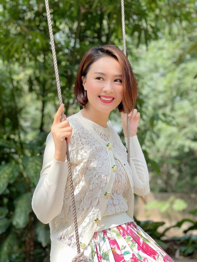 Hồng Diễm đăng ảnh hậu trường Hướng dương ngược nắng khác xa trên phim - Ảnh 4.