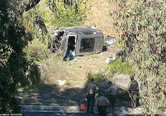 SỐC: Tiger Woods nhập viện sau tai nạn xe nghiêm trọng - Ảnh 1.