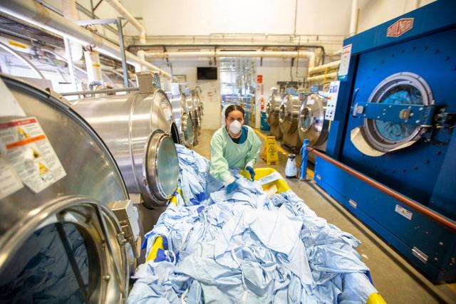 Anh: Nghiên cứu cho thấy SARS-CoV-2 có thể sống trên vải may mặc tới 3 ngày - Ảnh 1.