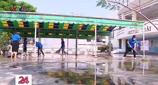 Trường học tại TP Hồ Chí Minh dọn vệ sinh chuẩn bị đón học sinh - Ảnh 1.