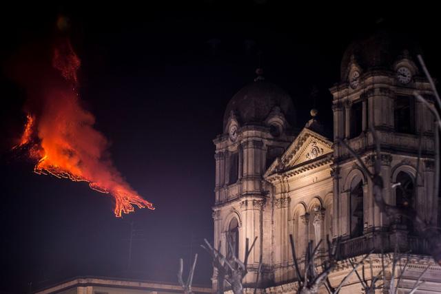 Cận cảnh núi lửa Etna phun trào, bừng sáng trời đêm Sicily (Italy) - ảnh 1