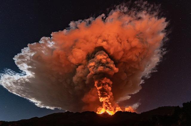 Cận cảnh núi lửa Etna phun trào, bừng sáng trời đêm Sicily (Italy) - ảnh 2