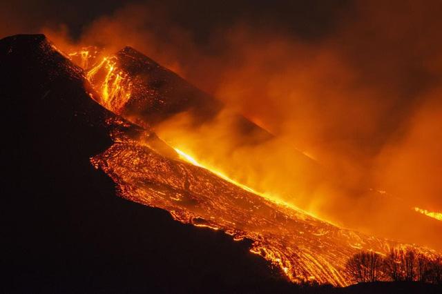 Cận cảnh núi lửa Etna phun trào, bừng sáng trời đêm Sicily (Italy) - ảnh 3