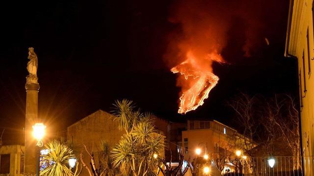 Cận cảnh núi lửa Etna phun trào, bừng sáng trời đêm Sicily (Italy) - ảnh 4