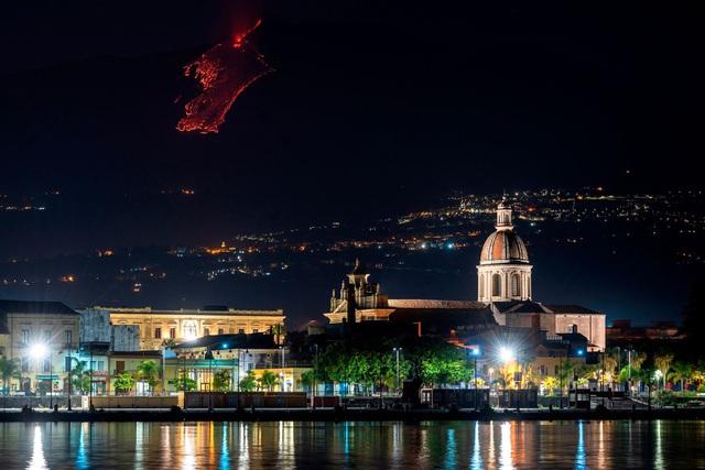 Cận cảnh núi lửa Etna phun trào, bừng sáng trời đêm Sicily (Italy) - ảnh 5