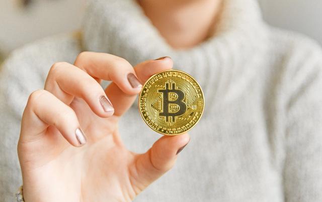 """Tăng giảm thất thường, nhà đầu tư thót tim với """"tàu lượn"""" Bitcoin - Ảnh 1."""