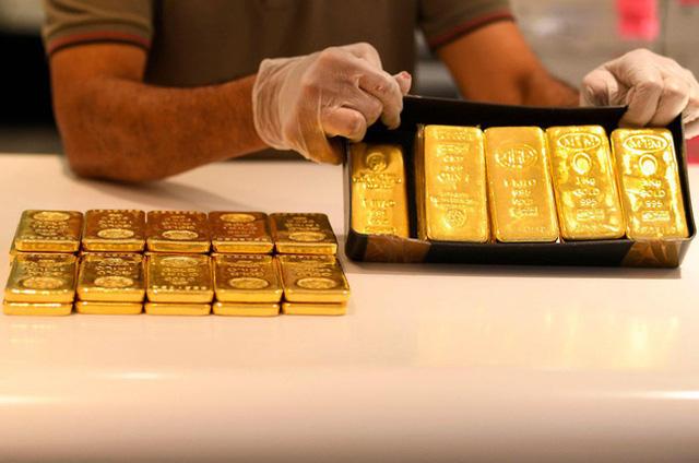 Giá vàng lao dốc trong phiên giao dịch cuối tuần - Ảnh 1.