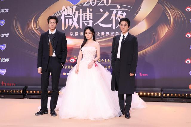 Thảm đỏ Đêm hội Weibo: Triệu Lệ Dĩnh, Angelababy kém nổi bật trong dàn mỹ nhân - Ảnh 5.