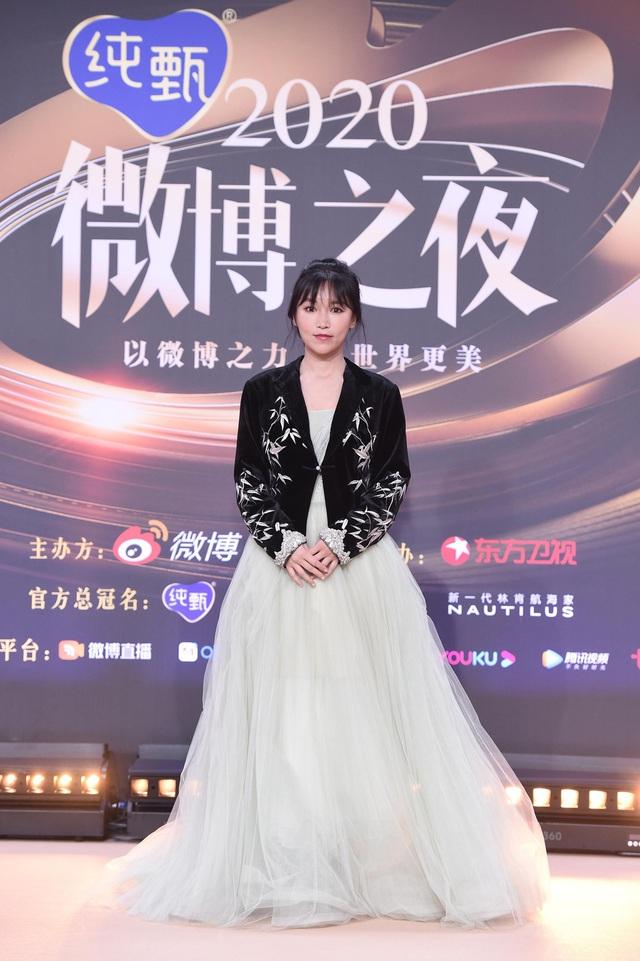 Thảm đỏ Đêm hội Weibo: Triệu Lệ Dĩnh, Angelababy kém nổi bật trong dàn mỹ nhân - Ảnh 8.