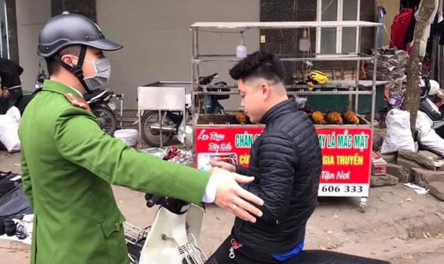 Hà Nội: Phạt 38 trường hợp không đeo khẩu trang nơi công cộng - Ảnh 1.