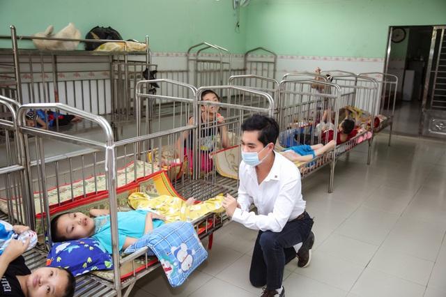 Danh ca Ngọc Sơn tự lái xe đến tặng quà Tết cho trẻ em mồ côi dịp Tết - Ảnh 2.