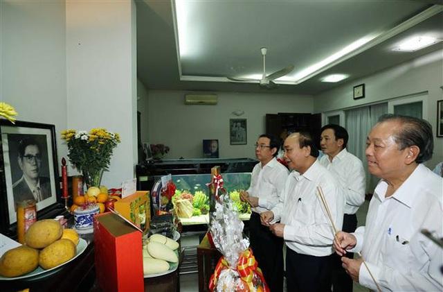 Thủ tướng Nguyễn Xuân Phúc dâng hương tưởng nhớ các nguyên lãnh đạo đã từ trần - Ảnh 1.
