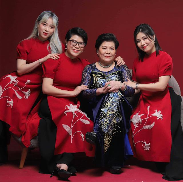 MC Hoàng Linh khoe bộ ảnh Tết bên đại gia đình - Ảnh 2.
