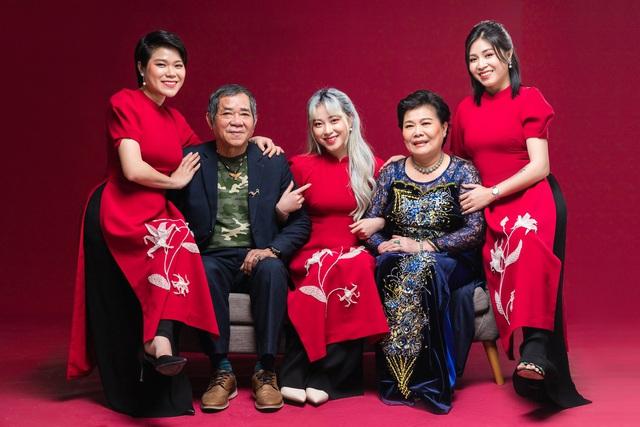 MC Hoàng Linh khoe bộ ảnh Tết bên đại gia đình - Ảnh 1.