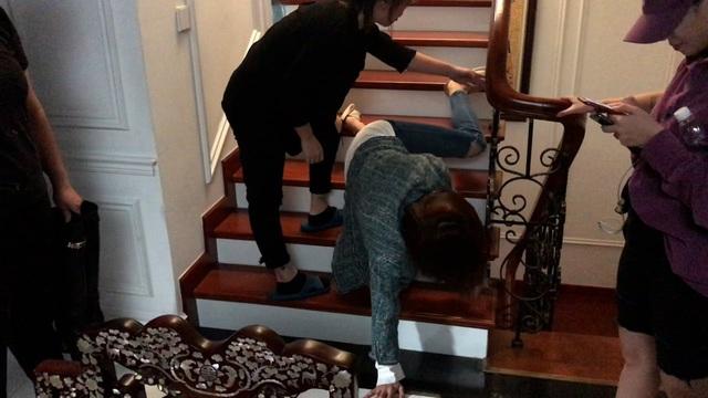 Hướng dương ngược nắng: Hậu trường cảnh Hồng Diễm diễn Châu say sấp mặt, ngã dúi dụi xuống cầu thang - Ảnh 1.