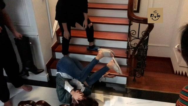 Hướng dương ngược nắng: Hậu trường cảnh Hồng Diễm diễn Châu say sấp mặt, ngã dúi dụi xuống cầu thang - Ảnh 2.