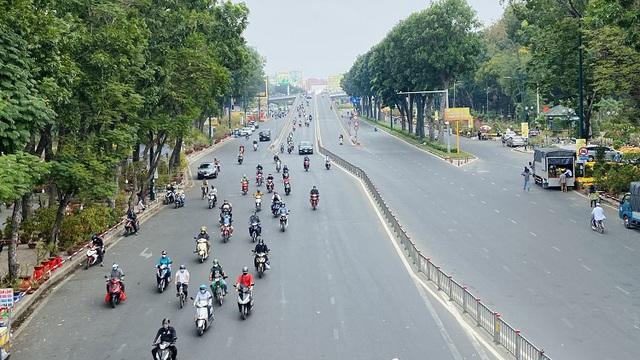Đường phố TP Hồ Chí Minh vắng tanh trong ngày 28 Tết - Ảnh 1.