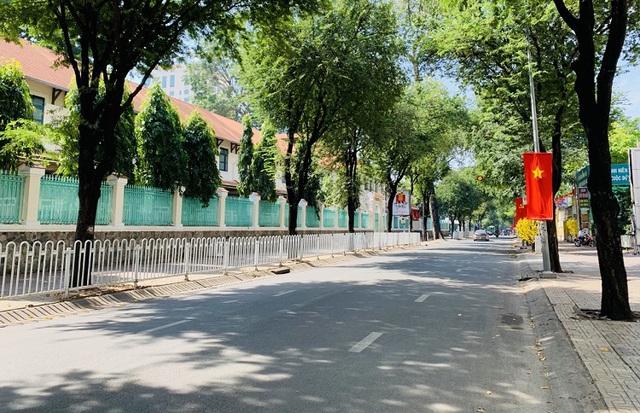 Đường phố TP Hồ Chí Minh vắng tanh trong ngày 28 Tết - Ảnh 2.
