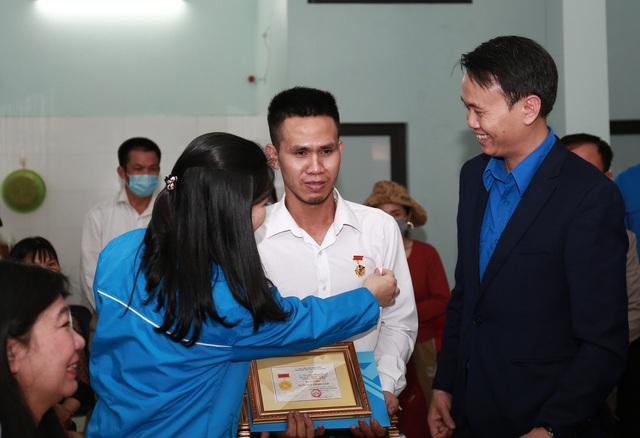 Chú xin con - câu nói thổn thức của anh Nguyễn Ngọc Mạnh khi vừa đỡ được bé gái 3 tuổi - Ảnh 2.
